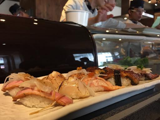 一貫約在40-80價位 今天一人吃了八貫 生魚片沒有什麼特色,握壽司部分也不推生魚片壽司,反而炙燒類比較好吃!有入口即化的口感。 不會讓人很吃驚但也不會是地雷。