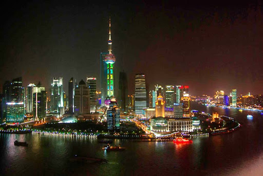 The view of the Shanghai skyline from the Vue Bar on the 32nd & 33rd floors of the 5-star Hyatt on the Bund, one of the world-class rooftop bars in our roundup.