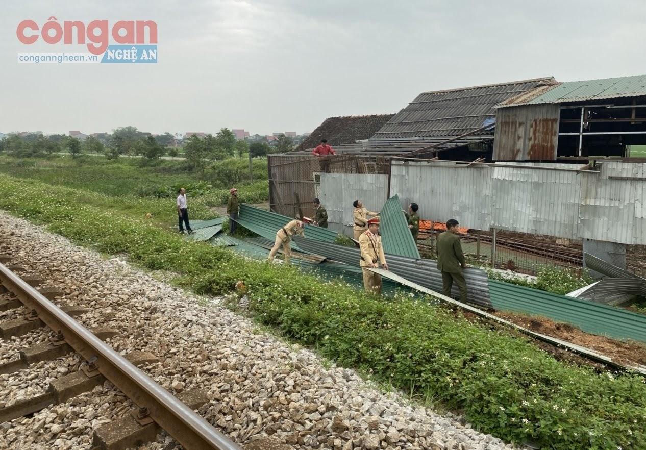 Lực lượng chức năng tháo dỡ công trình lấn chiếm hành lang ATGT đường sắt của hộ ông Nguyễn Công Khoa