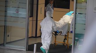Un paciente entra en camilla en un hospital de la capital almeriense.