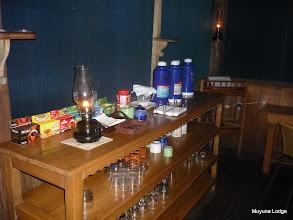 Photo: Complimentary coffee table and batteries charge area /  Mesa del café de cortesía y área para cargar baterías