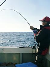 Photo: 今日は、ウキ流しで「真鯛」を狙いまーす! 朝は、予報以上の大シケで・・。 昼から波、風もおさまり 今からじゃー!・・・で、オカモトさんにヒット!!