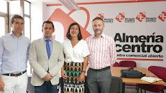Los pequeños comerciantes se reúnen con el director de Comercio, Raúl Perales (segundo por la izquierda).
