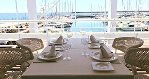 Las vistas que ofrece este restaurante son únicas hacia el puerto de Almería.