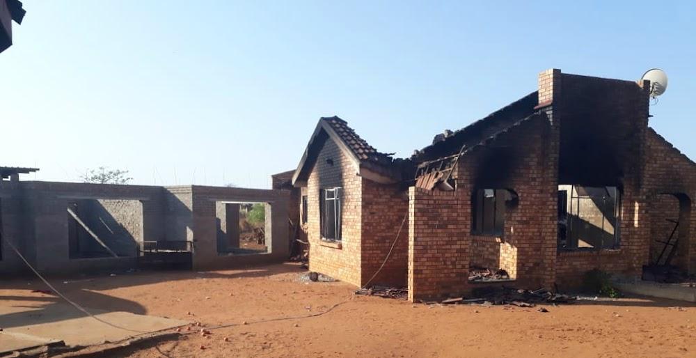 Die Limpopo-gesin brand huise na die lyk van die familielid met 'dele ontbreek' - TimesLIVE