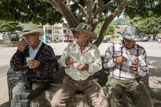 Photo: Cae la tarde y la gente de Urrao se refresca