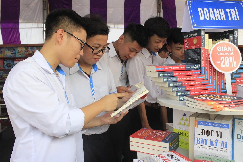 Học sinh hào hứng tìm chọn cho mình những cuốn sách phù hợp tại các gian hàng sách