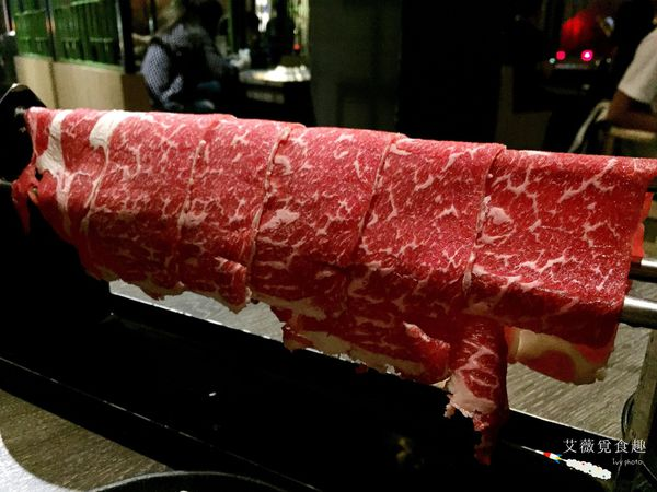 歡迎來到肉肉天堂,極品鴛鴦鍋物吃到飽,湯頭濃郁,肉嫩鮮美,青菜多樣選擇,最後還可以與兵馬俑合照! || 春秋戰鍋