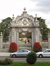 Photo: Un portón (calculo) del Parque del Buen Retiro.