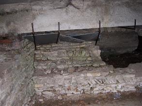 Photo: Malé nahlédnutí do tajemného podzemí - tentokrát pod oblouky románského mostu.
