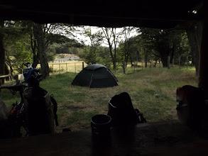Photo: Camping Los Nirez bietet ein klein bisschen Regen- und Windschutz