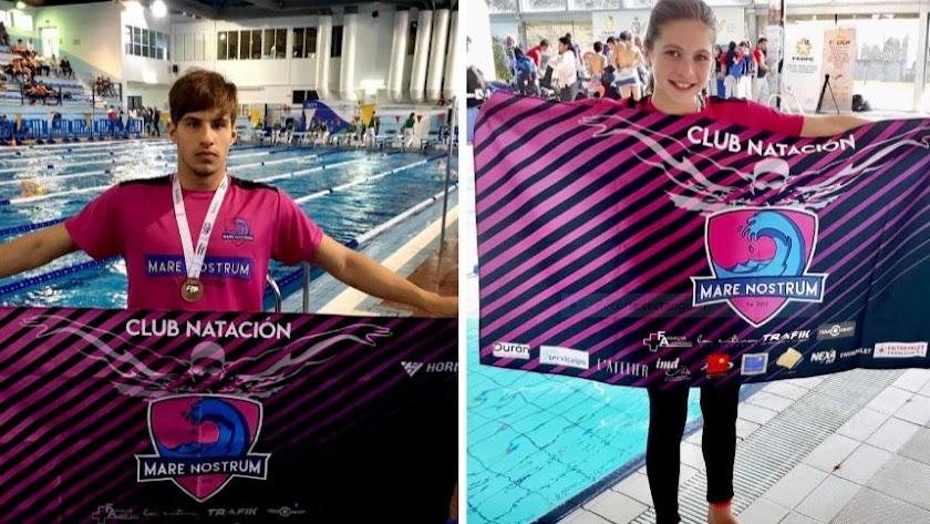 Los nadadores con la bandera del club.