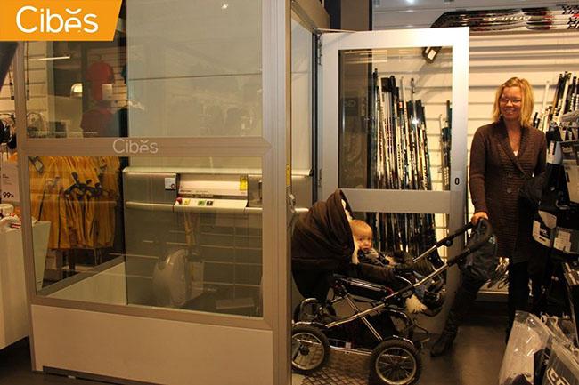 Thay vì bế em bé di chuyển giữa các tầng trong tòa nhà, bạn có thể chỉ cần đơn giản sử dụng thang máy để tiết kiệm sức lực