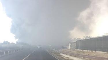 La gran cantidad de humo obligó a cortar la carretera AL-1050.