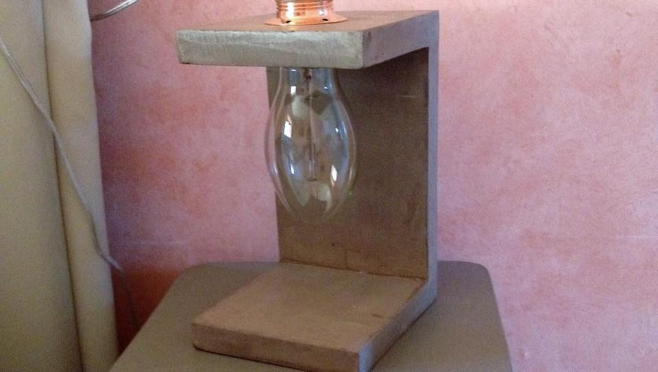 """Lampe """"Ouverte"""" en béton ciré de couleur taupe en guise de lampe de chevet"""