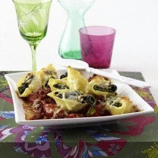 Gratinierte gefüllte Muschelnudeln mit cremigem Spinat auf Hack-Tomatensoße