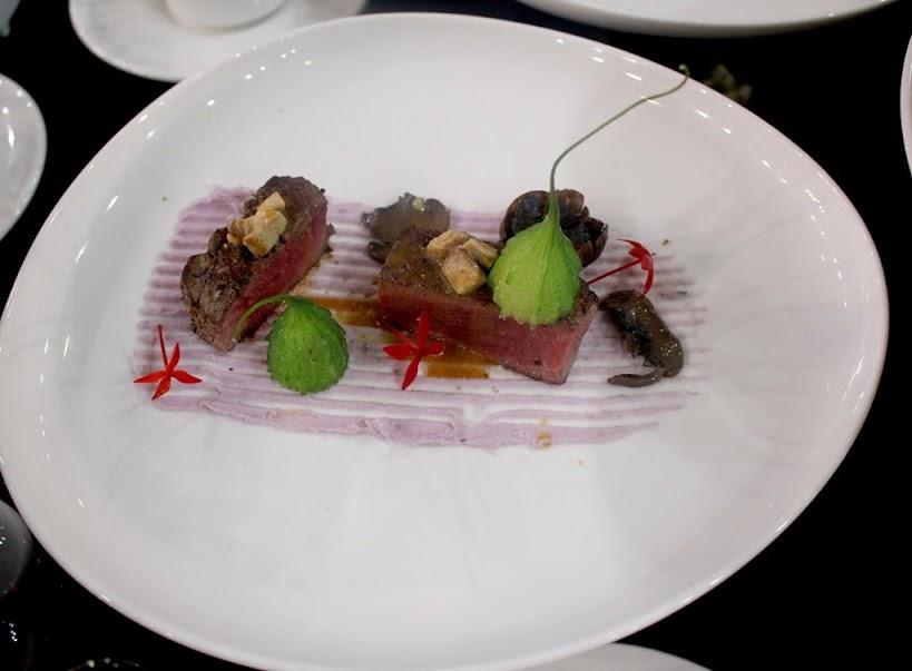 Filê bò Mỹ áp chảo xốt nấm truffle, gan ngỗng Pháp ăn kèm củ lăng huyết