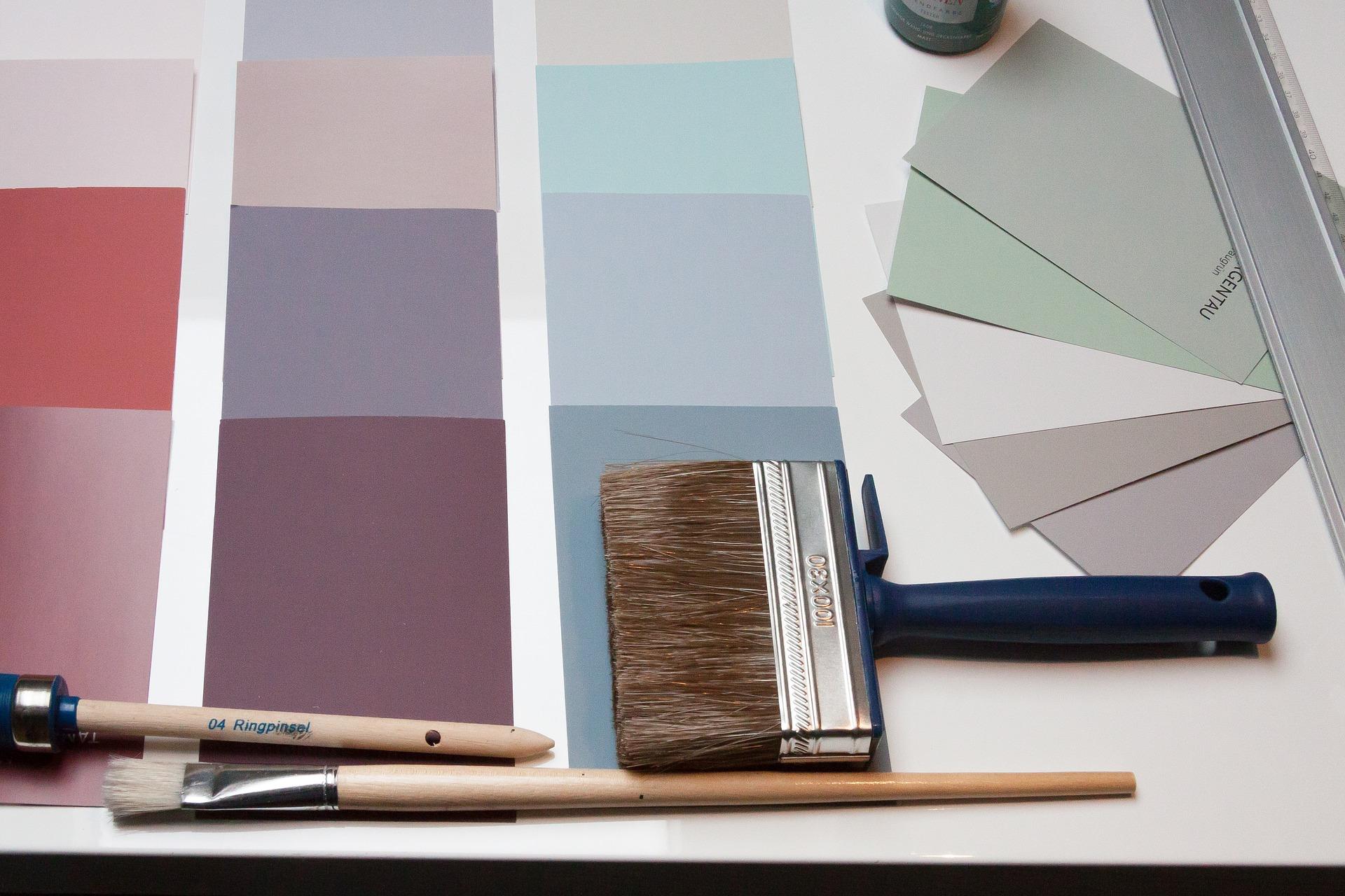 Paleta de cores com pincéis de pintura