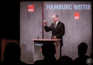 Photo: Vordermann Scholz populärster Landes-Politiker Neben dem Rückhalt in der Wirtschafts- und Arbeitsmarktpolitik wird die Popularität des SPD-Senats besonders durch den Ersten Bürgermeister Olaf Scholz getragen: Fast drei Viertel der Hamburger (72 Prozent) äußern sich zu Jahresbeginn zufrieden zu seiner Arbeit, noch etwas mehr als im Dezember (+5). Die Spitzenkandidaten der anderen Parteien folgen weiterhin mit deutlichem Abstand.  #Hamburg, #Speicherstadt, #HHWahl, #Germany  #Hafen, #SPD  #hamburgphotographers  #Elbe, #FDP