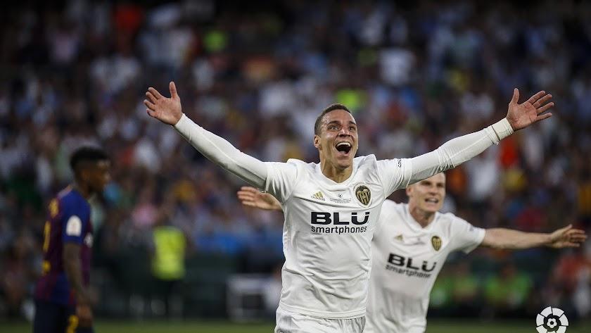 Rodrigo celebra el segundo gol del Valencia en la final del Torneo del KO.