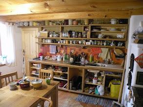 Photo: Naše primitivní kuchyň, zatím bez dvířek. Kompletně je z dubu (masivní masiv, žádná lepená spárovka) a trochu z borovice a modřínu a pár vrutů :) Vyráběl jsem ji asi týden a materiál mě stál možná 5000 Kč (a to dub je nejdražší dřevo:) )