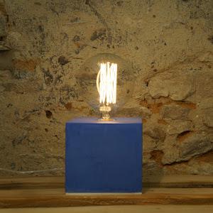 lampe cube en béton ciré de couelur bleu marine design par la créatrice d'objet déco junny