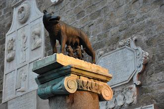 """Photo: Se založením """"věčného města Říma"""" je spjata legenda o vlčici a bratrech Romulovi a Rémovi. Bronzová socha vlčice s Romulem a Remem na Kapitolu."""
