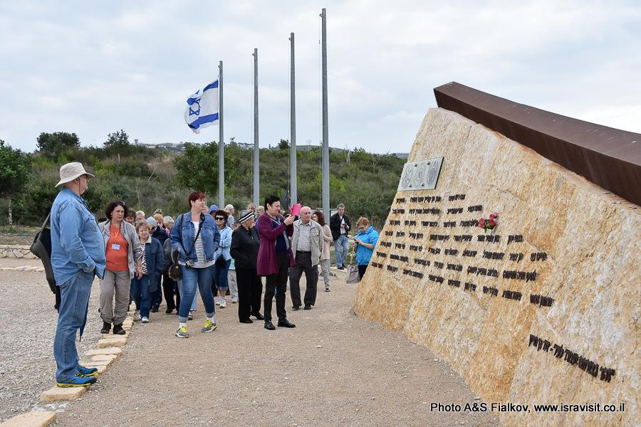 Обелиск на горе Кармель в память о погибших в лесном пожаре. Экскурсовод по Израилю Светлана Фиалкова.