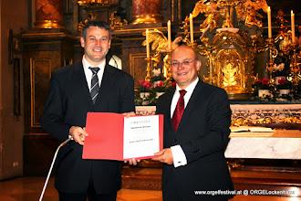 Photo: Wolfgang Horvath überreicht Matthias Weber eine Urkunde zum Dank und zur Anerkennung für seine 15jährige Mitwirkung bei Musica Sacra Lockenhaus (Foto: Michael Loibl)