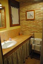 Photo: la salle d'eau. Une grande douche, un lavabo...