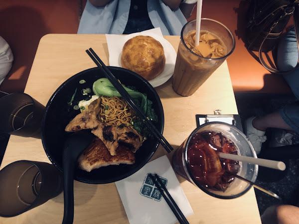 一間香港非常紅的餐廳 來到台灣照樣還是大排長龍  位於國父紀念館附近的小巷內 周遭也有許多美食店 但人群只聚集在這間門外 等到進入也一小時後了  店內規劃稍稍擁擠 冰火菠蘿油 直接壓過了星聚點的必點項