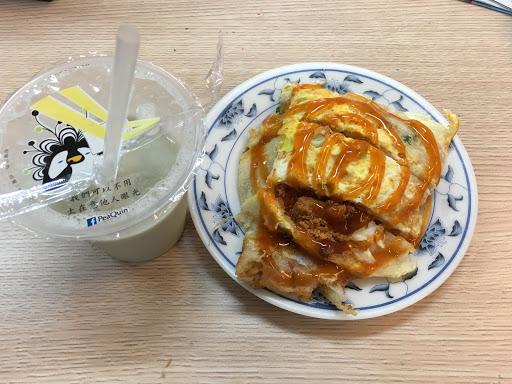 當我想吃蛋餅的時候, 這家總會是首選! 這是「傳統式的那種QQ蛋餅」 與美之城、美而美不同。 粉漿的比例調配的絕佳,沒有噁心的麵粉味 一份20塊就吃到飽飽飽、很推薦。