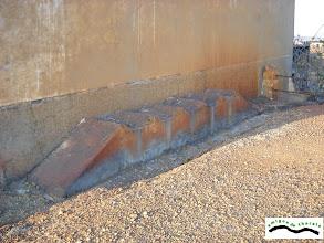 Photo: En estas repisas se depositaban bidones de aceite de 200 litros, para las maquinas perforadoras. Los obreros acudían con alcuzas para servirse