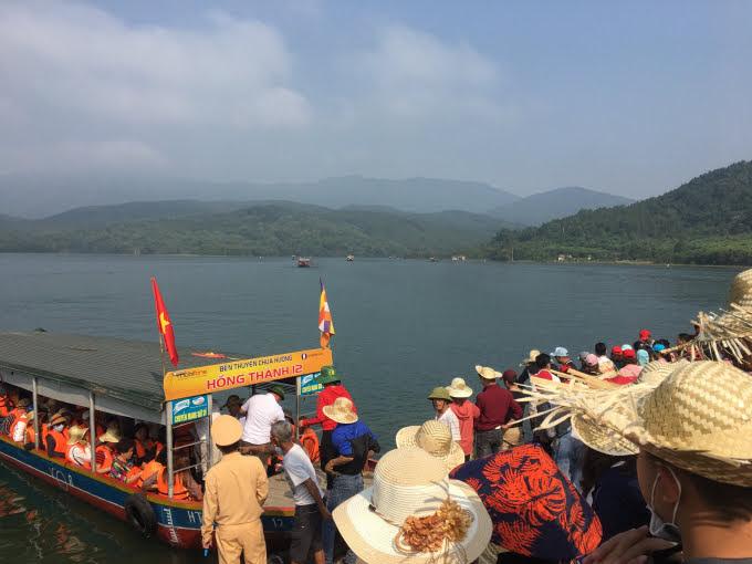 Hành khách lên thuyền được trang bị áo phao đầy đủ