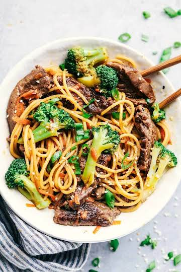 20 Minute Garlic Beef and Broccoli Lo Mein | The Recipe Critic