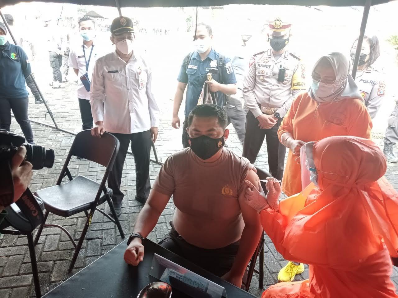 Polres Mojokerto Melakukan Vaksinasi 901Anggota Polri Secara Serentak