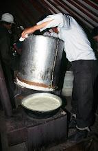 Photo: 03356 ナムジ家/アルヒ(蒸留酒)作り/馬以外の家畜の乳を発酵させ蒸留した酒