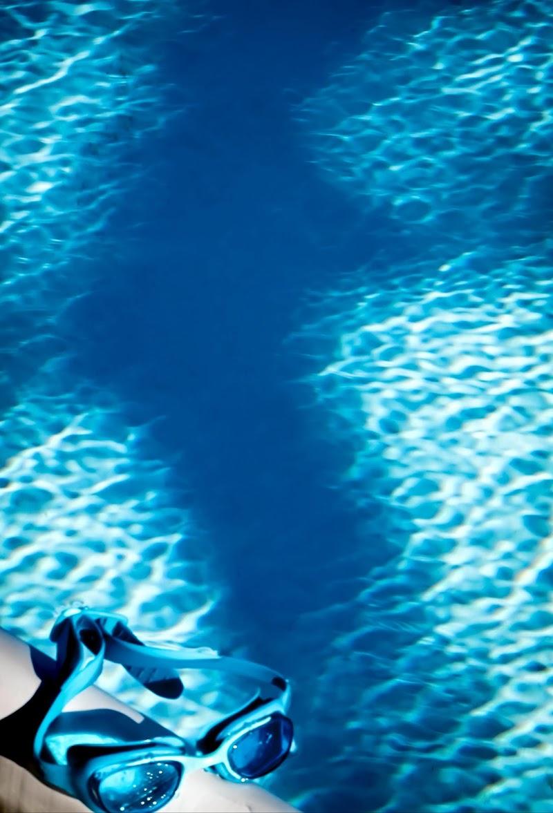 Nuotare nel blu dipinto di blu di Olea