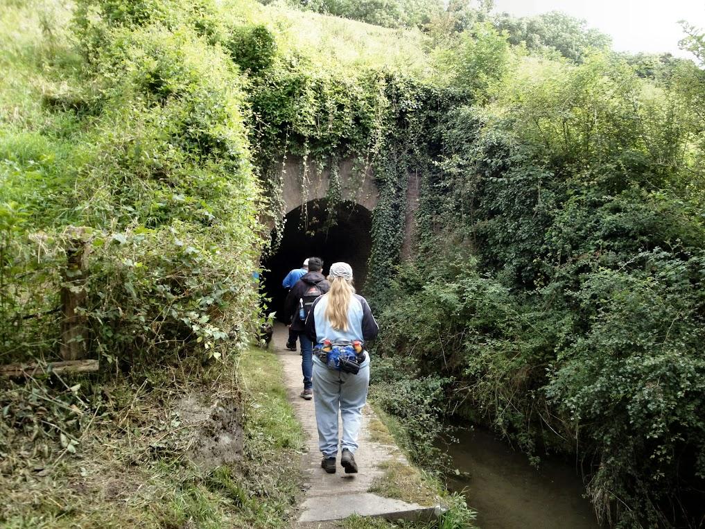 Ingang van de smalle tunnel onder de miljoenenlijn