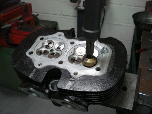 Rectification des siègesde soupapes d'un moteur Triumph  Rickmann monté par machines et Moteurs dans un cadre Norton