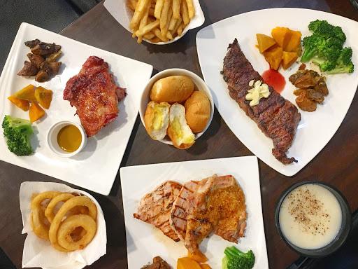 🏚[日式料理]-#鐵牛 原味碳烤牛排 🐷雞豬雙拼💵369 🐦蜂蜜櫻桃鴨💵359 🐮翼板牛小排(12oz)💵499 🍟超好吃脆薯💰60 🌰獨家酥炸洋蔥圈💰80 - 雞豬雙拼兩種肉品