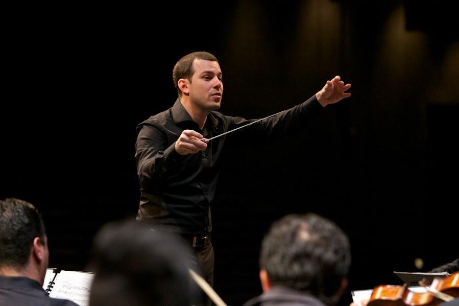El director Joshua Dos Santos interpretó con la Orquesta Sinfónica Simón Bolívar de Venezuela, la Sinfonía N° 3 y la Sinfonía N° 4 de Beethoven, en el Zellerbach Hall ubicado en la Universidad de California.