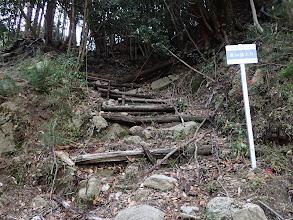 荒れた道を登る