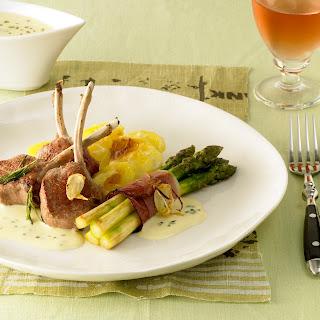 Lammkoteletts mit Spargelbündchen und Rosmarin-Zitronen-Sauce