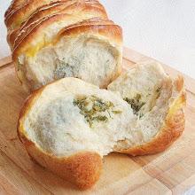 Photo: http://www.roxanashomebaking.com/pull-apart-cheese-herb-bread-recipe/