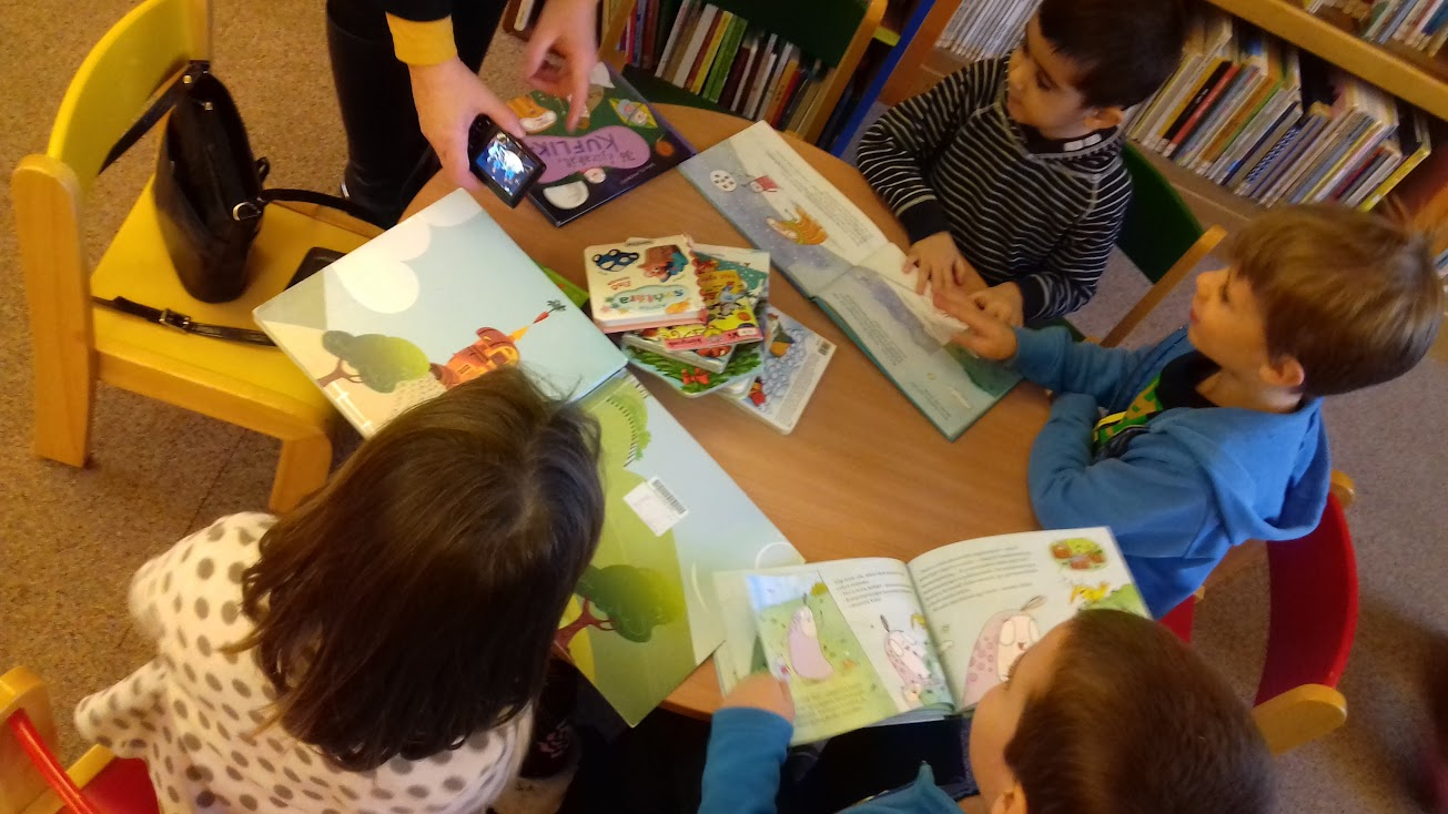 Gyermekek a könyvtárban