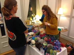 Photo: Efter middagen på fredagen organiserade Frida från Yll& Tyll det stora Garnlotteriet.