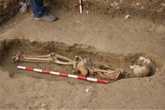 Photo: Un exhaustivo trabajo de medición por parte del arqueólogo permitirá  catalogar y cartografiar las tumbas.