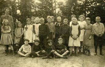 Photo: Een klas van de Humanitaire School te Laren ca. 1911. Helemaal links staat Femia van der Vliet (1902-1987), daarnaast haar zusje Annie (1903-1936).