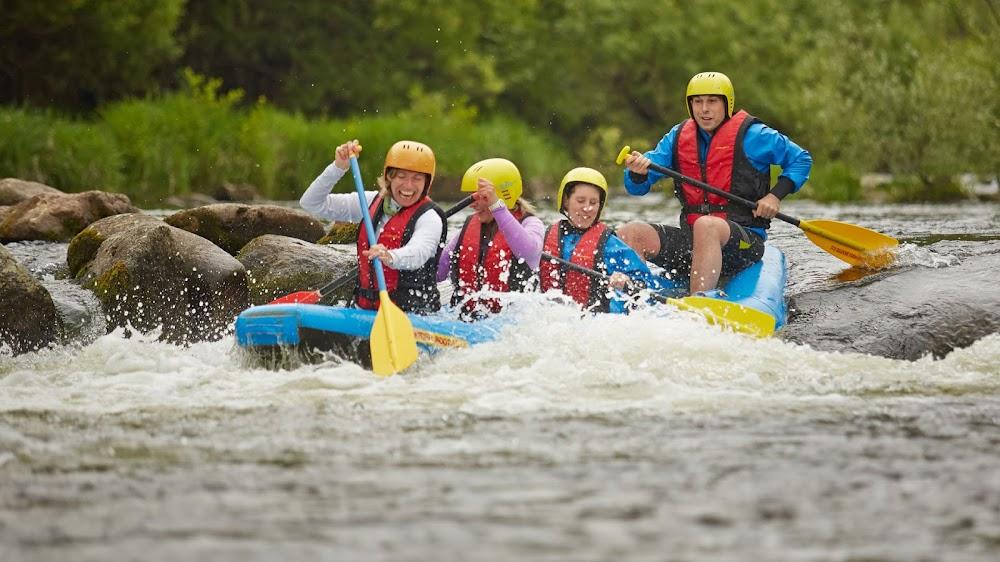 Eine Gruppe erlebt Spaß beim Raften in einem Fluss.